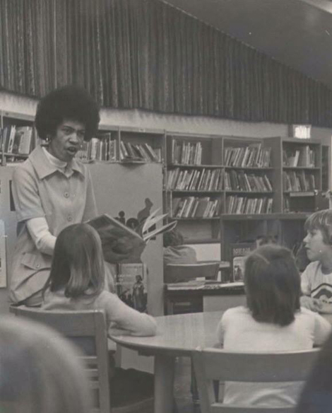 Dorothy Vickers-Shelley with a group of students at the Yankee Ridge Elementary school library.